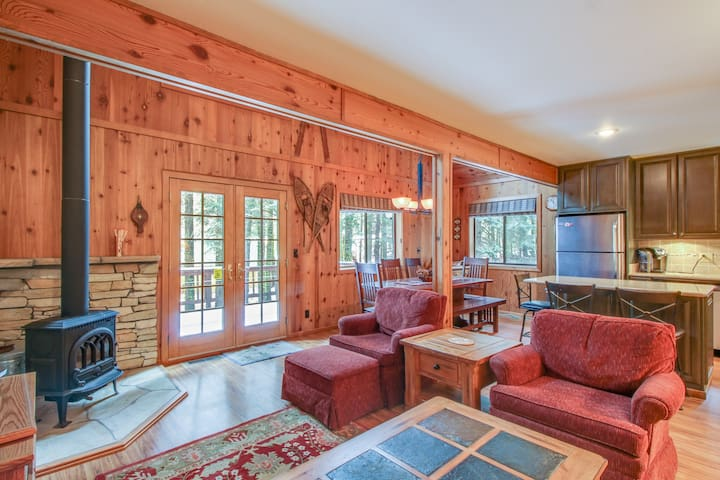 Adorable cabin home near Lake Tahoe w/ cozy wood stove, deck, & gas grill!