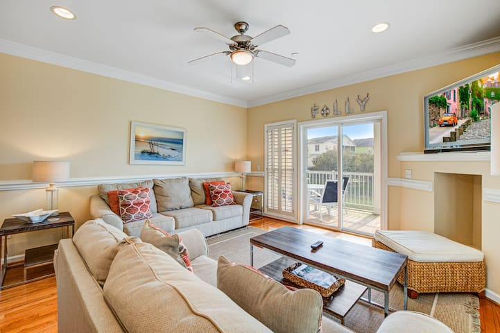 Townhome with marsh/river views & community pool/fishing pier!