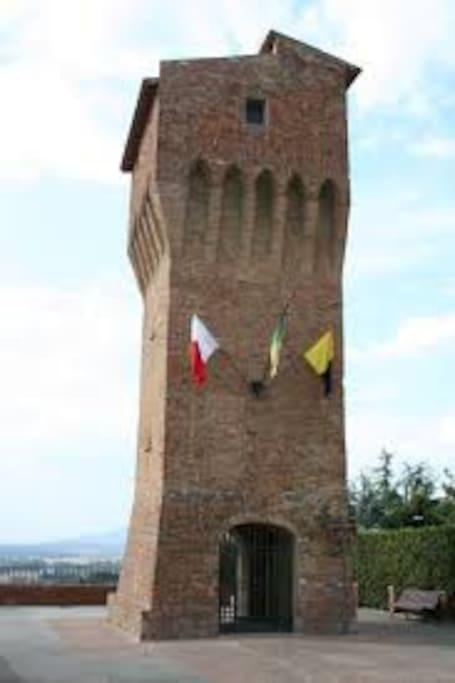 La torre di san Matteo davanti al municipio di montopoli in val d'Arno.