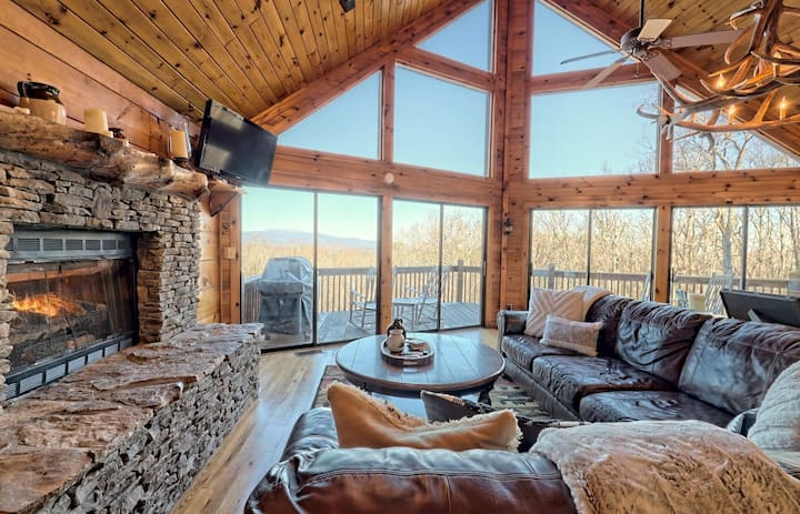 Blue Vista, Breathtaking Mtn Views, 3 Fireplaces, Hot Tub, Games, 10 Min from DT Blue Ridge!