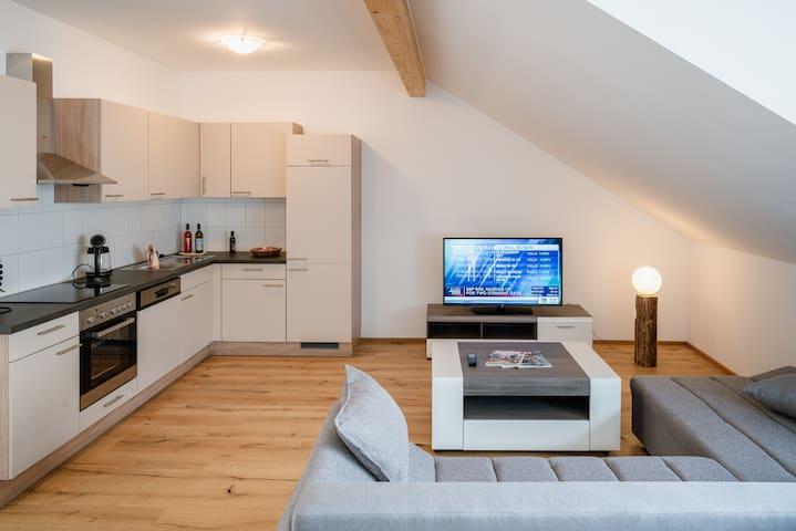 Frisch renovierte DG-Wohnung in zentraler Ruhelage