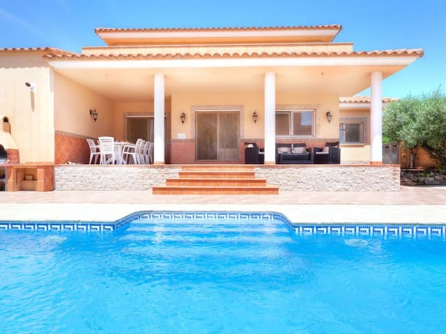 Great 4 bedrooms villa with private pool & wifi