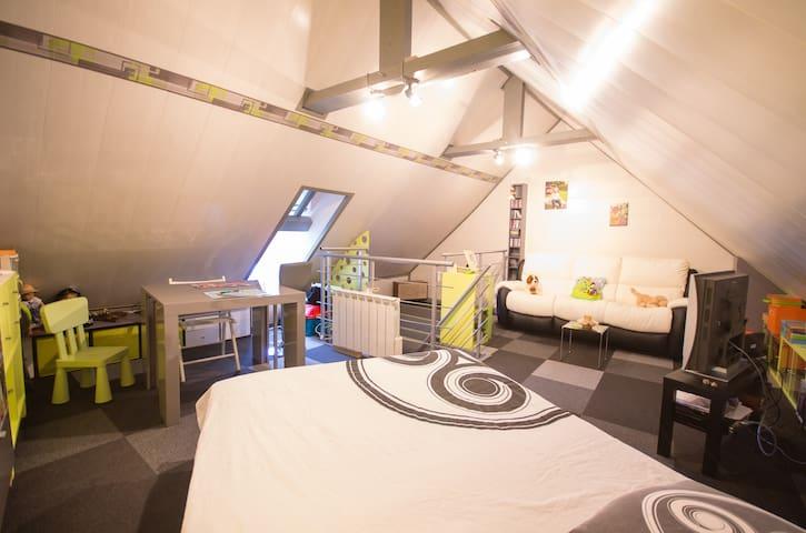 Chambre spacieuse sous les combles - Châtelaudren - Hus