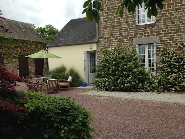 Restored, tranquil stone farmhouse - Le Désert - Casa