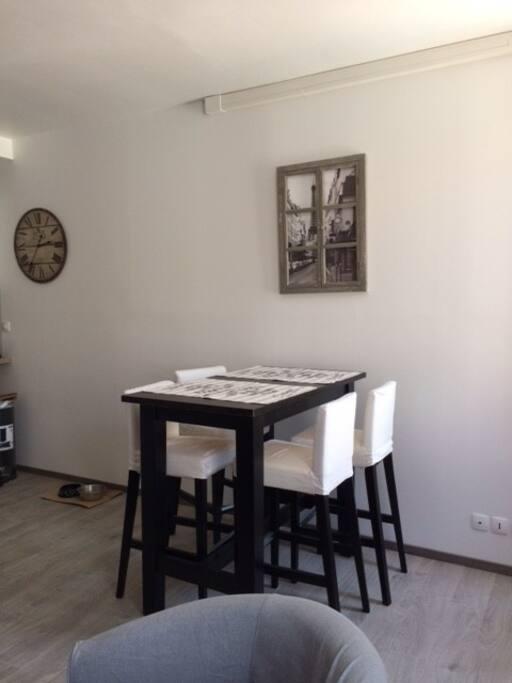Espace cuisine avec table haute