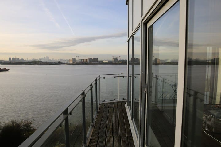 Stunning Riverside 2 bed Apartment amazing views