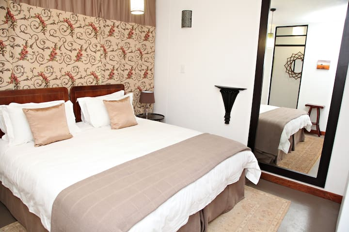 Bedroom (Queen-size bed can be converted to 2 single beds)