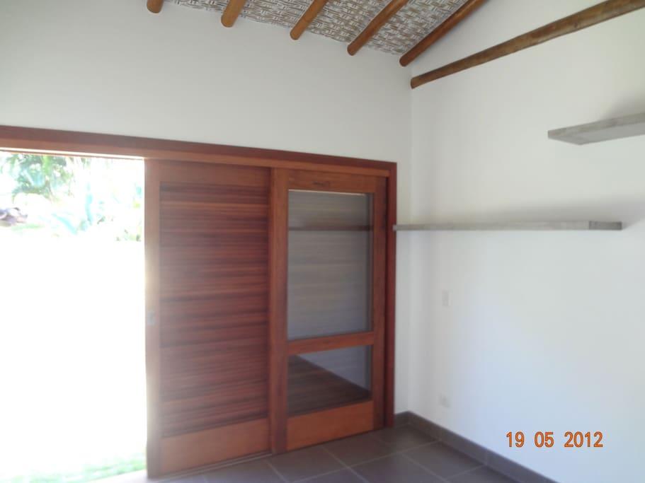 quarto com porta abrindo para área externa