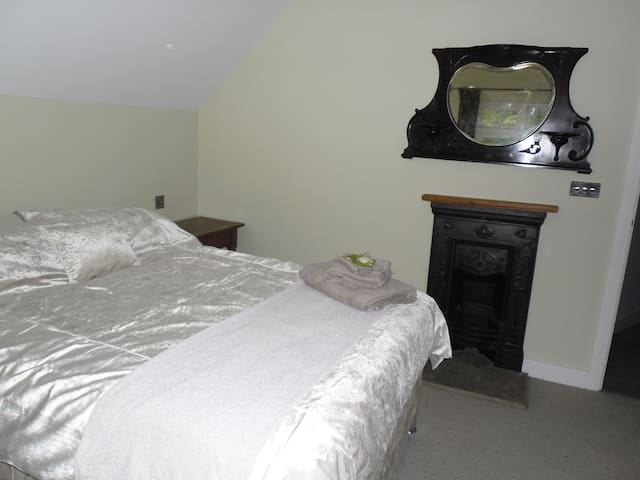 Large Luxury double room in beautiful area