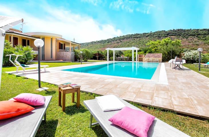 Alghero, Villa Laura con piscina per 12 persone