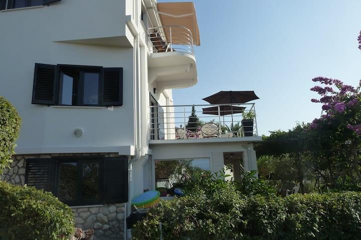 VILLA ROZA - 5 bdrms,4 baths,3 terraces, 2 parking
