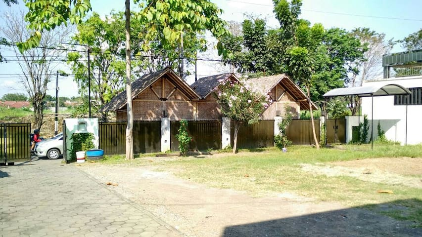 Private rooms close to airport n train stat - Semarang  - House