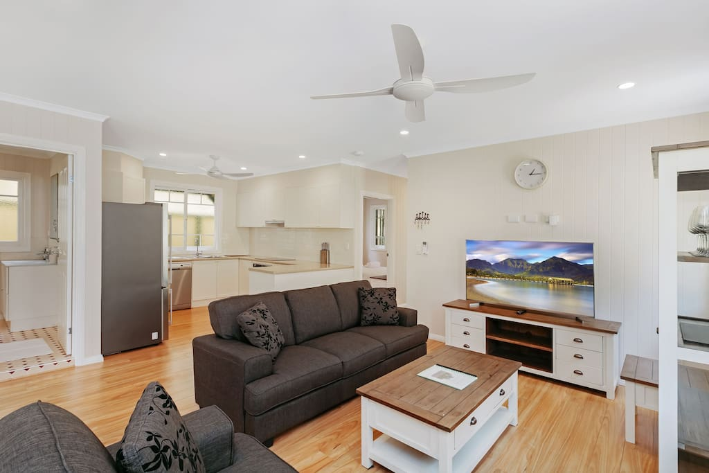 Open plan living areas (fan, heat/cool air conditioner, SmartTV, Netflix, wifi)
