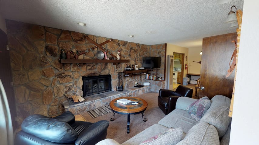 Claim Jumper A4- Two Bedroom Cabin by Ponds and River, WiFi, Washer/Dryer, Walk to Restaurants