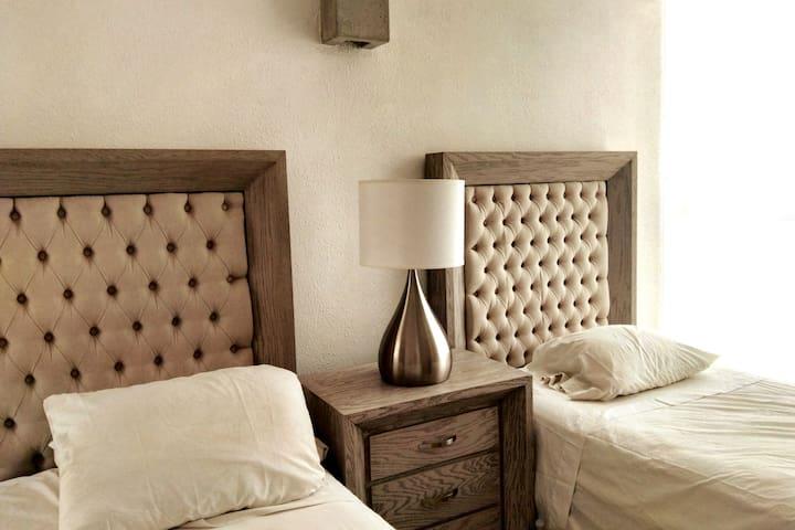 Bedroom 2 singles/Cuarto 2 camas individuales