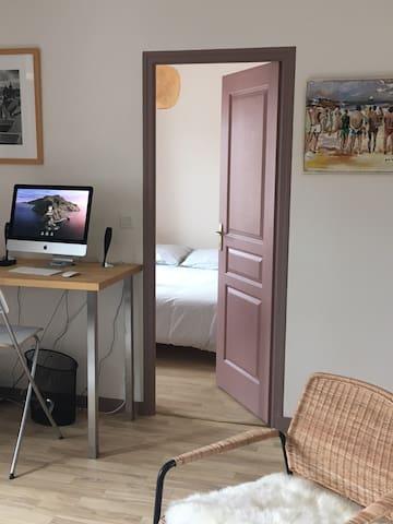 Chambre séparée avec un lit queen size
