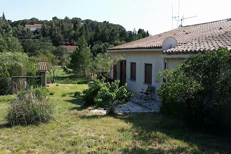 Maison d'hôtes Villa Les Pins - Montséret - Huvila