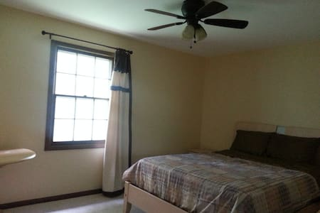 A clean private room in Naperville - 一軒家