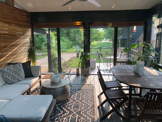 Chic Modern riverfront Getaway with 4p golfcart