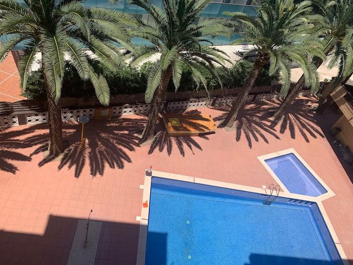 A pie a la playa con piscina y terraza con vistas