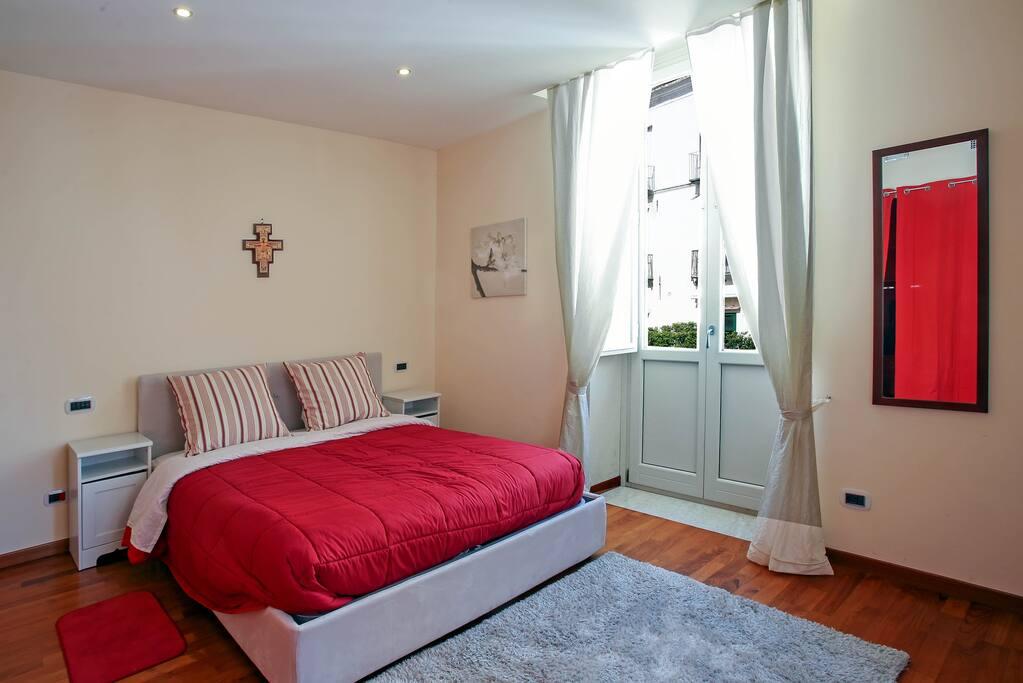 Camera da letto con affaccio in via dei mercanti - centro storico.