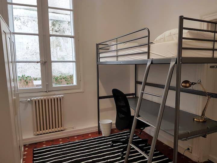 Chambre n°2  Lit mezzanine Bureau - Hyper Centre