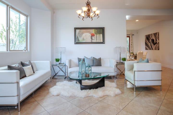 LA Dream 💎 Gem! Beautiful home with Spa.