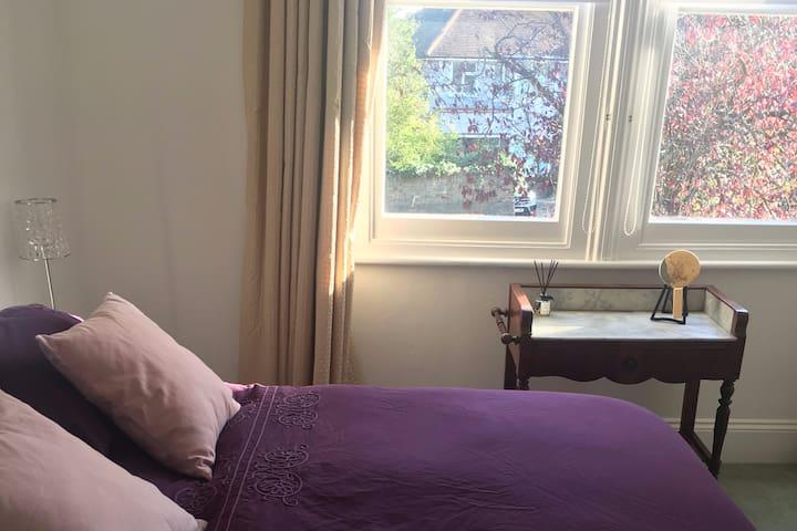 Sunny double room, 20 mins walk Twickenham Stadium