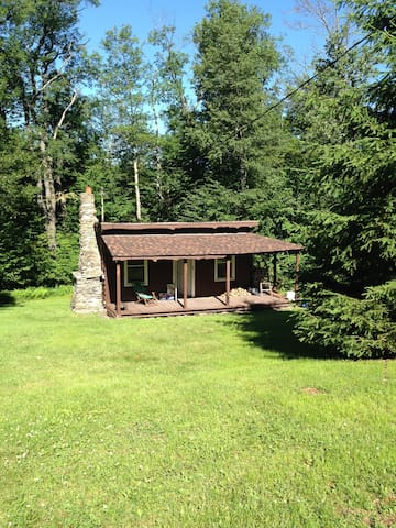 A peaceful and rustic small cabin near hikes