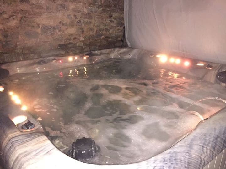 LUXURY DEVON LONGHOUSE & your OWN THERAPY HOT TUB