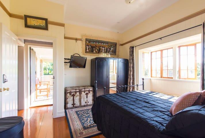 Bay Window Room Queen bed + ens
