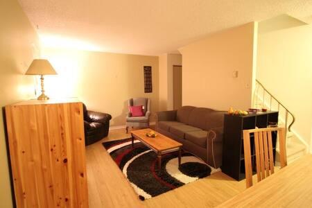 4-Bedroom Townhouse - Waterloo - Rekkehus