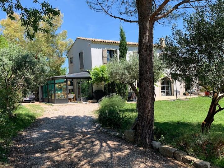 Mas Provençal dans un écrin de verdure