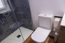 Plato de ducha de pizarra antideslizante y wc