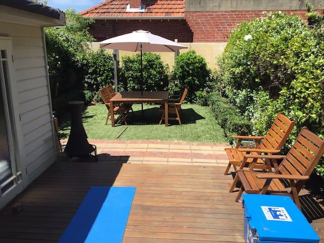 Large Beachside house w/ private Sunny back yard - Elwood - Dom