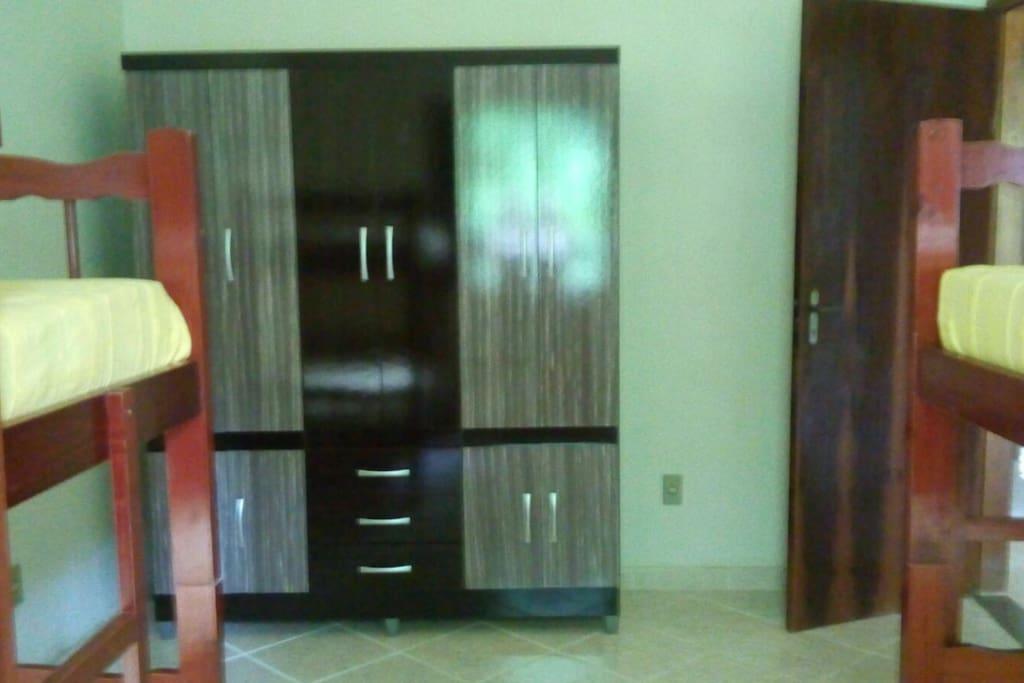 8 - um dos dormitórios com dois beliches.