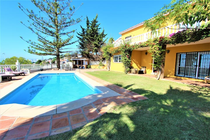 Villa with private pool. 300m from the beach.
