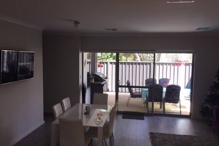 Brand new 3 bed 2 bath family house in Cloverdale. - Cloverdale - Hus