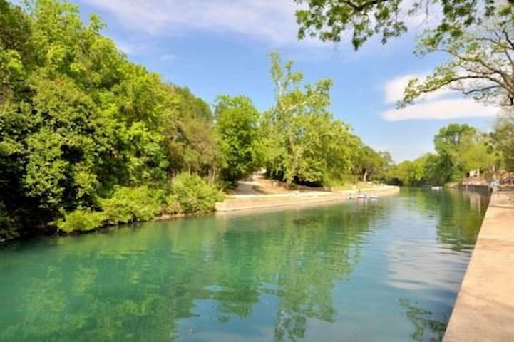River Run ~Water front,Comal River~New Braunfels