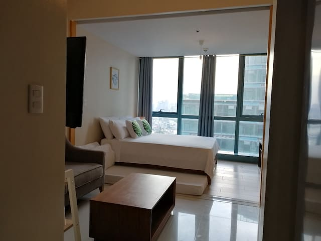 33rd floor #33C2, 1BR BGC, 6pax, Pool+WiFi+Netflix