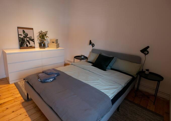 Das Schlafzimmer ist ruhig zum Hinterhof gelegen. Die Kommode bietet ausreichend Stauraum für eure Kleidung. Außerdem findet ihr hier weitere Handtücher vor.