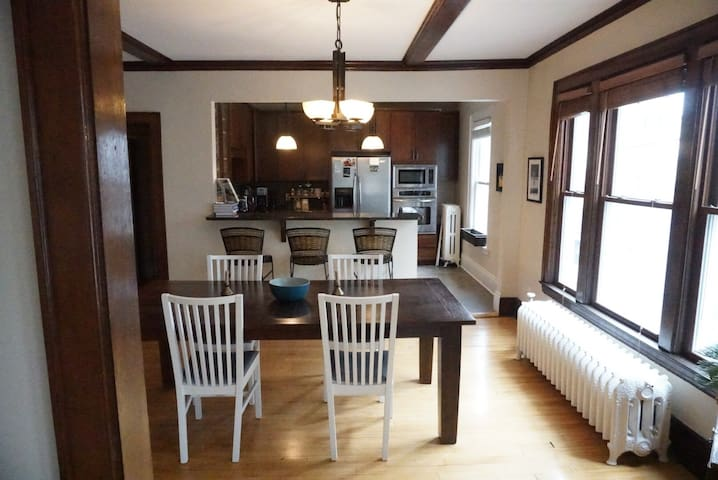Two-bedroom, Walk to Downtown/Super Bowl