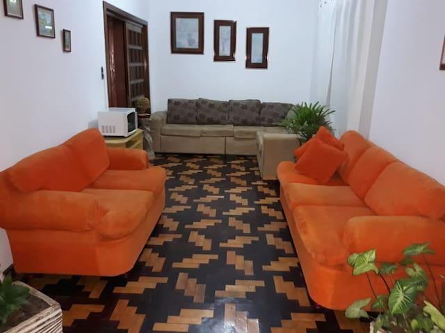 Quarto e sala com banheiro privativo e garagem  !!