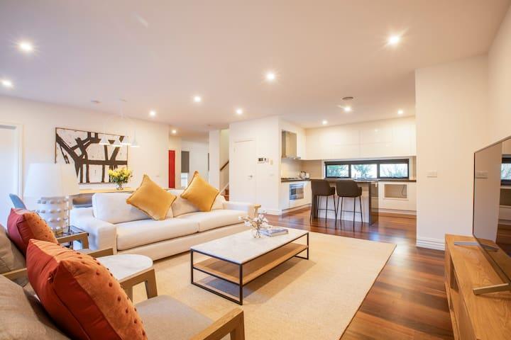 Hug: Luxurious and Spacious Modern Chadstone House