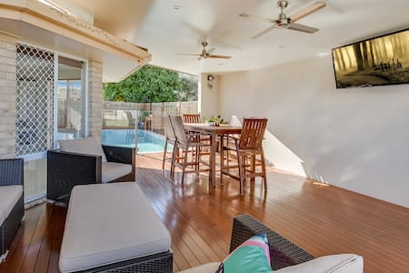Entertainers Dream Beach House w/ Granny Flat - Pelican Waters