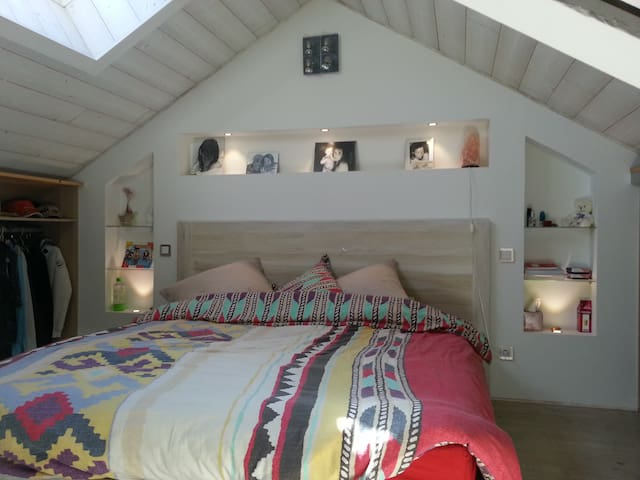 Chambre lit king size avec velux