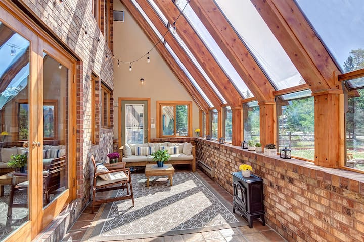 Mtn View Chalet⛰️Sunroom☀️Hot Tub♨️Fenced Yard