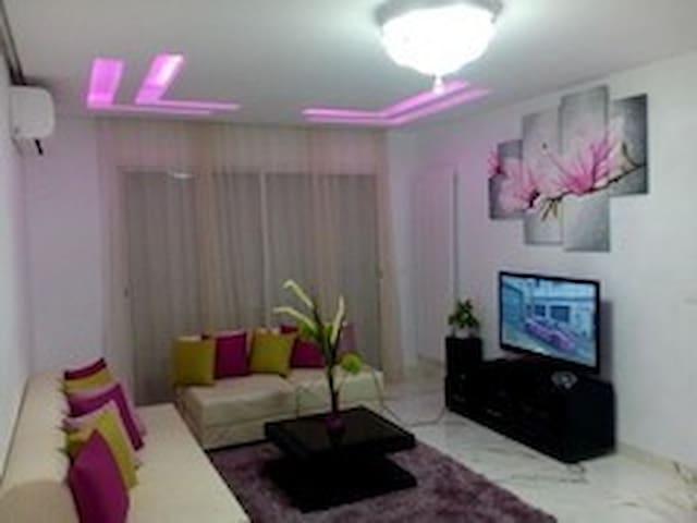 Salon climatisé avec 03 canapés-lits (2 places+1 place + 1 place), un télé et une chaine stéréo.