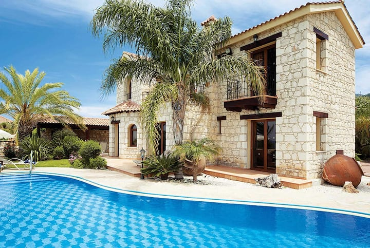 Large 4 bed villa with countryside views