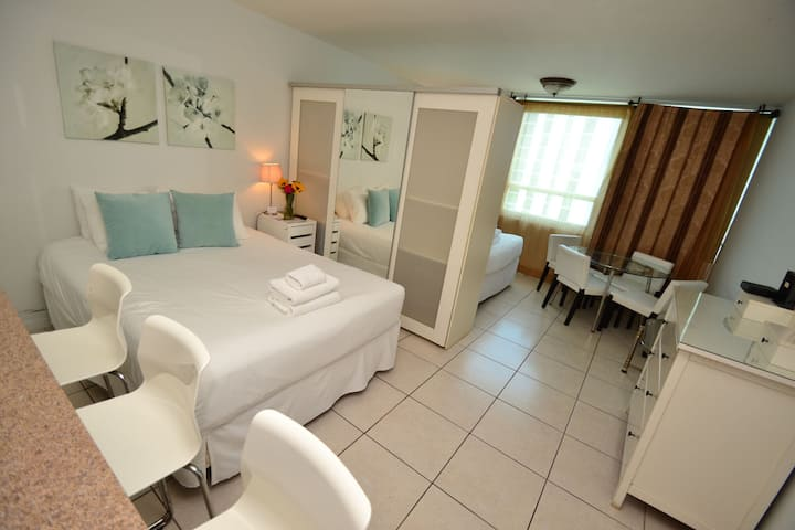 Cozzy Studio for up to 4 guest on the Beach with Parking and Wifi! (1519)